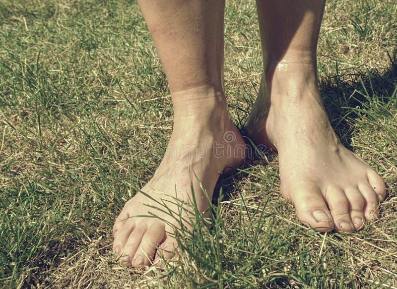Sport kobiety brudne bose nogi po bieg ścigają się i przepocona skóra zdjęcia royalty free