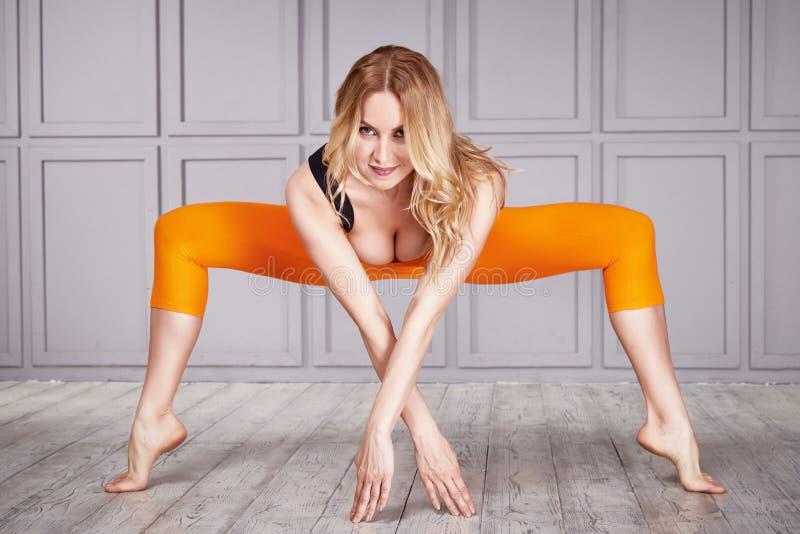 Sport kobiety kostiumu joga zdjęcia stock