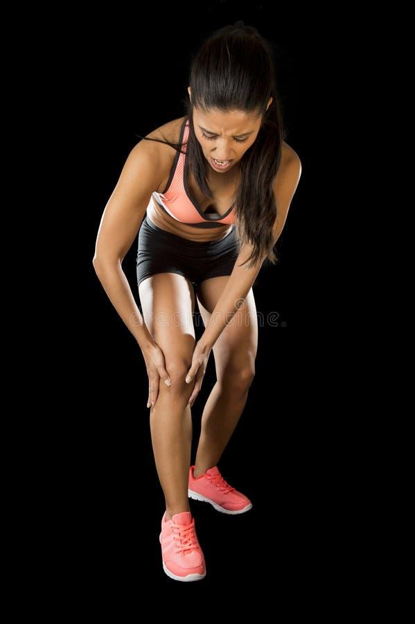 Sport kobiety mienie ranił kolanowego cierpienie ból w wiązadło urazie lub ciągnął mięsień zdjęcia stock