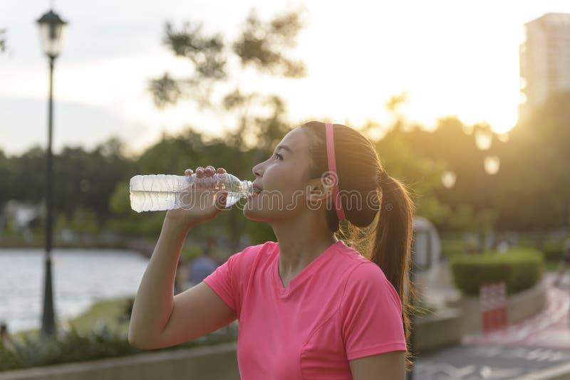Sport kobiety piją wodę fotografia royalty free