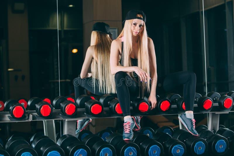 sport Konditionkvinna i idrottshallen fotografering för bildbyråer