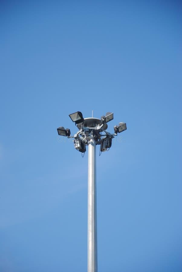 Sport lichte post op mooie hemelachtergrond stock afbeeldingen