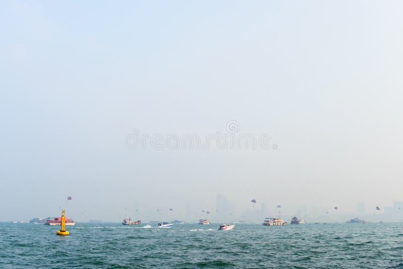 Sport morski w Pattai, Tajlandia. Różne łodzie i statki w morzu przed miastem na horyzoncie obrazy royalty free