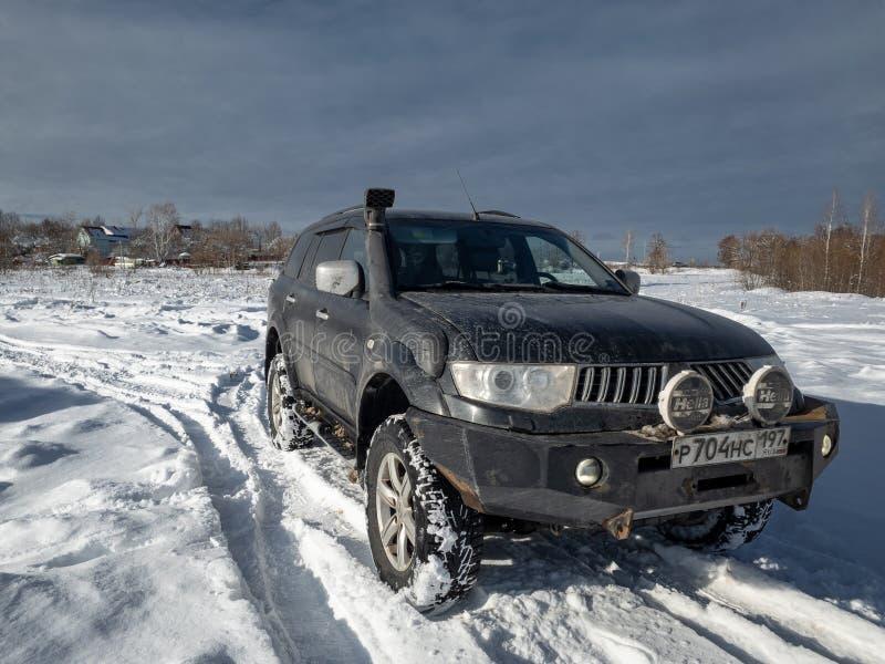 Sport noir de Mitsubishi Pajero par temps d'hiver images stock
