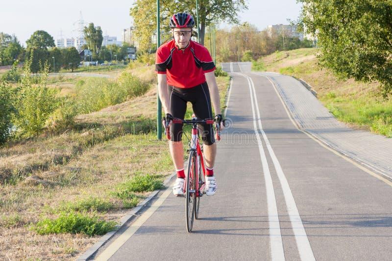 Sport och cyklaidéer Stående av den yrkesmässiga manliga cyklisten arkivfoto