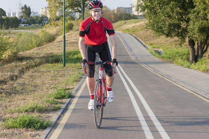 Sport och cyklaidéer Stående av yrkesmässig manlig cyklist D arkivfoton