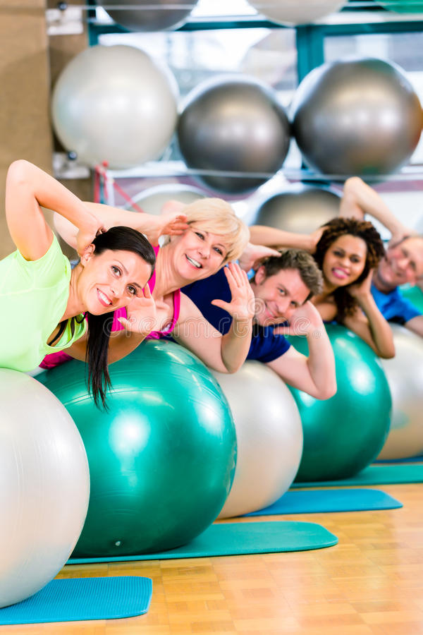 Sport och kondition i idrottshallen - olik grupp människorutbildning royaltyfria foton