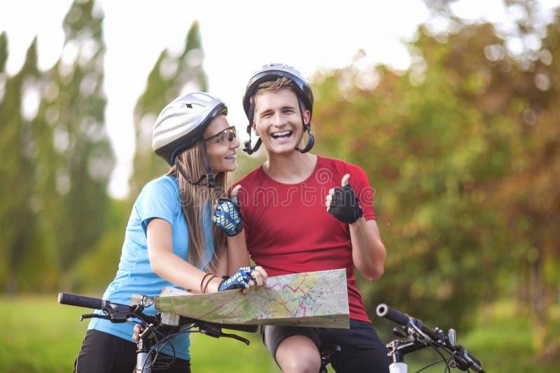 Sport- och konditionbegrepp Lyckliga caucasian par av cyklistWi fotografering för bildbyråer