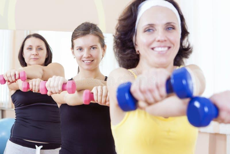 Sport- och konditionidéer Grupp av tre Caucasian kvinnliga idrottsman nen som har en genomkörareutbildning royaltyfri bild