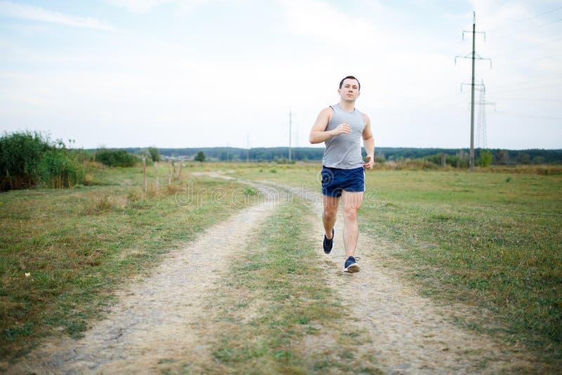 Sport- och konditionlöpareman som gör utbildning utomhus för maratonkörning royaltyfria foton