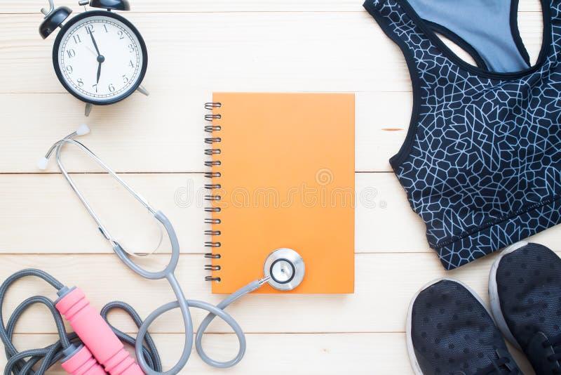 Sport och medicinska utrustningar med den tomma anteckningsboken för text fotografering för bildbyråer