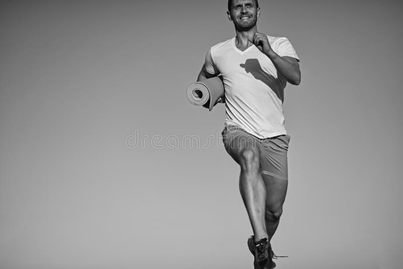 Sport- och utbildningsbegrepp Idrottsmannen bär den vita tshirten arkivbild