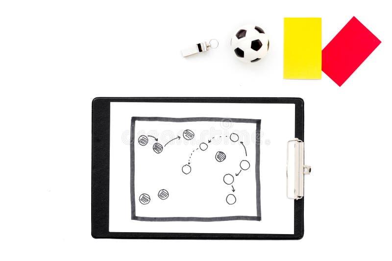 Sport sądzi pojęcie Piłka nożna arbiter Taktyka plan dla gry, futbolowej piłki, czerwieni i żółtych kartek, gwizd na bielu fotografia stock