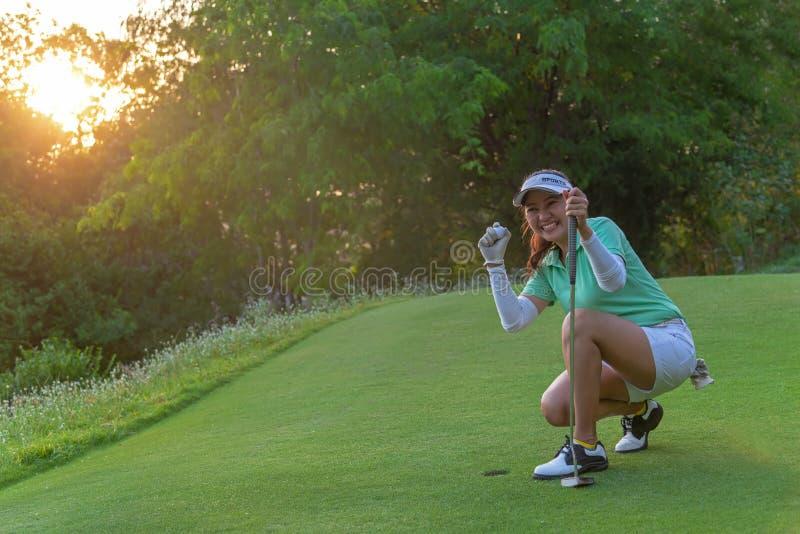 Sport sain Jeu jouant au golf Action asiatique de golfeur de femme ? gagner apr?s longue boule de golf de mise sur le golf vert,  photos libres de droits