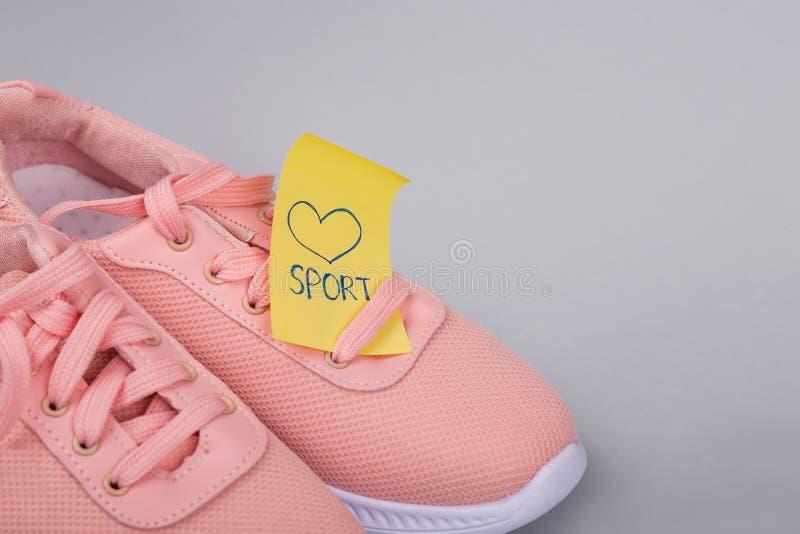 Sport Schuhe. Entspannung durch pilates Kugel. Aufkleber Sport. kleine Note. Gesunde Gewohnheiten. lack-l?ufer. ein Blatt Papier a stockbilder