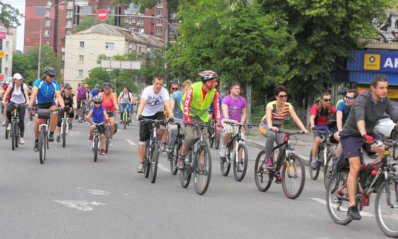 Sport som cyklar i staden royaltyfria foton