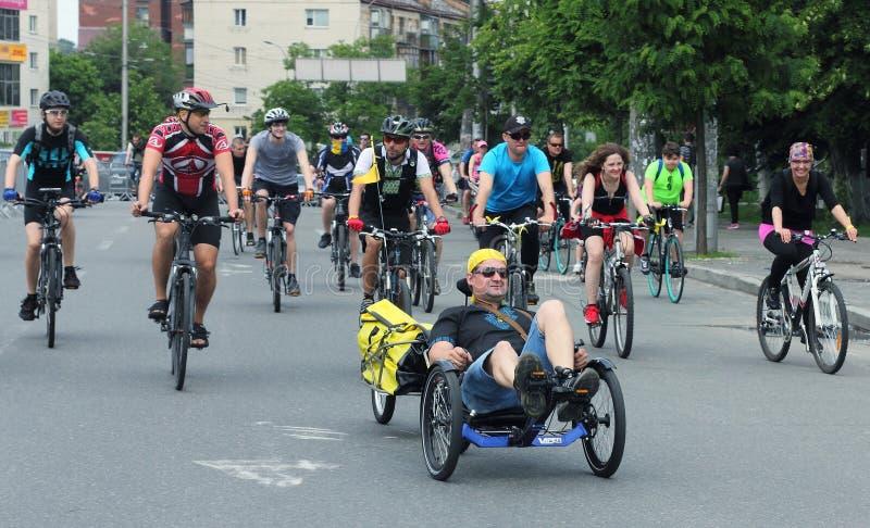 Sport som cyklar i staden arkivbild
