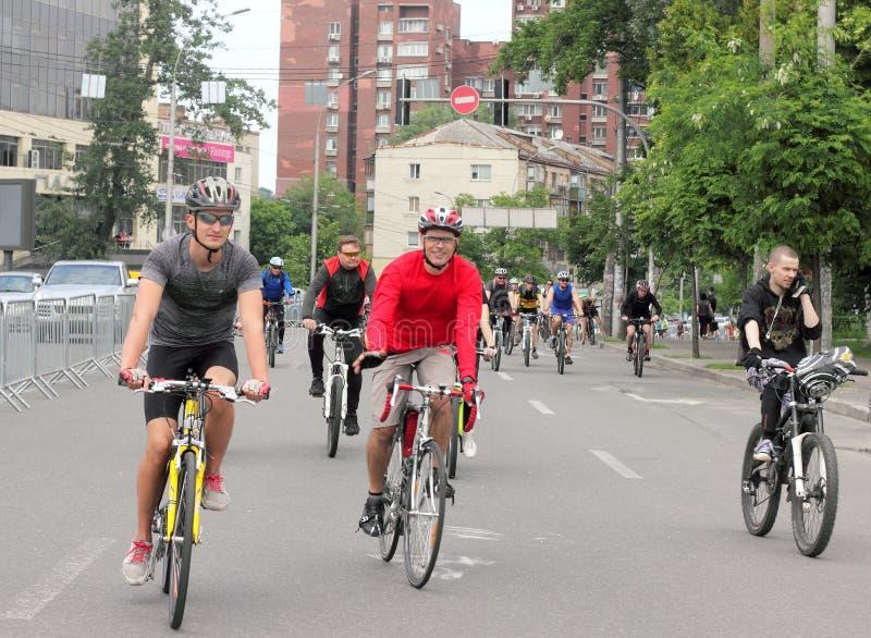 Sport som cyklar i staden arkivfoto