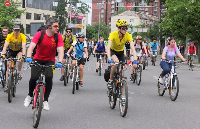 Sport som cyklar i staden fotografering för bildbyråer