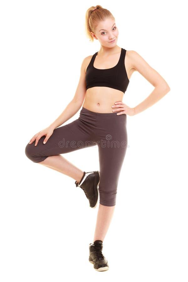 sport sportliches blondes Mädchen der Eignung, welches das Bein lokalisiert ausdehnt lizenzfreie stockbilder