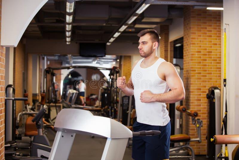 Sport, sprawność fizyczna, bodybuilding, styl życia i ludzie pojęć, - młodego człowieka robić siedzi brzusznego ćwiczenie ławki s fotografia stock