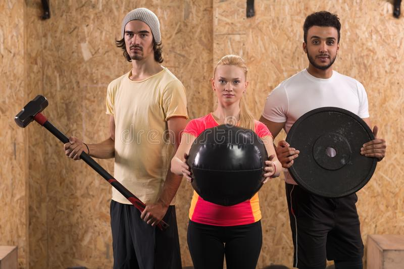 Sport sprawności fizycznej Crossfit Grupowego Stażowego wyposażenia ludzie, Młody Zdrowy mężczyzna I kobiety Gym wnętrze, fotografia stock