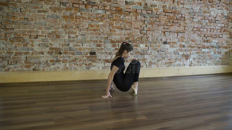 Sport sprawności fizycznej joga gimnastyk treningu dziewczyny rozciągliwość obraz royalty free