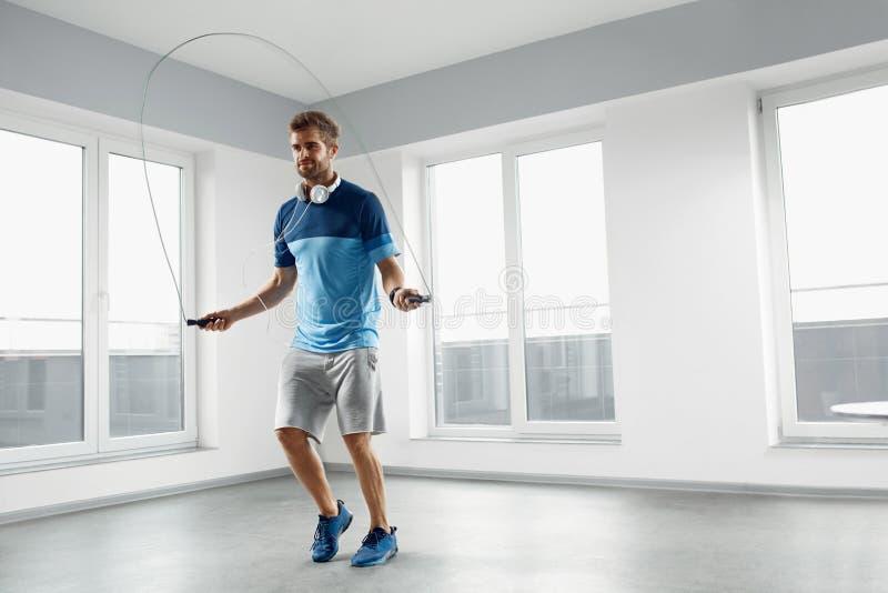 Sport sprawności fizycznej trening Zdrowy mężczyzna Omija skok arkanę Indoors fotografia royalty free