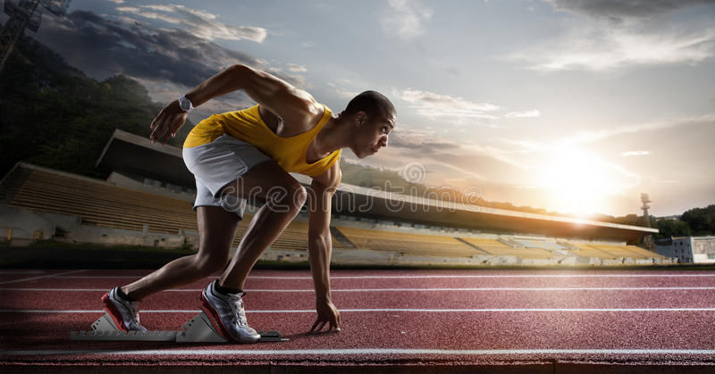 sport Sprinter auf der Laufbahn stockfotos