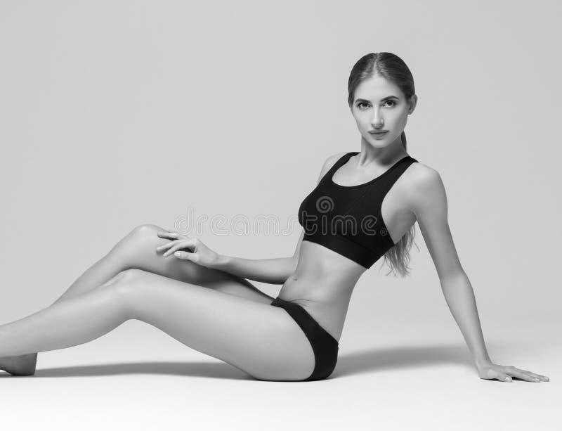 sport Starkt och härligt svartvitt för kvinnasportkropp ST royaltyfria foton