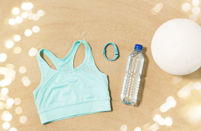 Sport superiori, palla, inseguitore di forma fisica e bottiglia di acqua fotografia stock libera da diritti