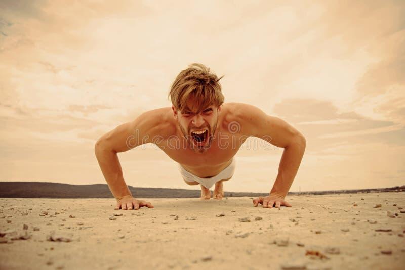 Sport und Eignung leistung Morgenübung im Freien Voll von der Energie Mann, den das Handeln drückt, ups Übung in der Eignungsturn stockfotografie