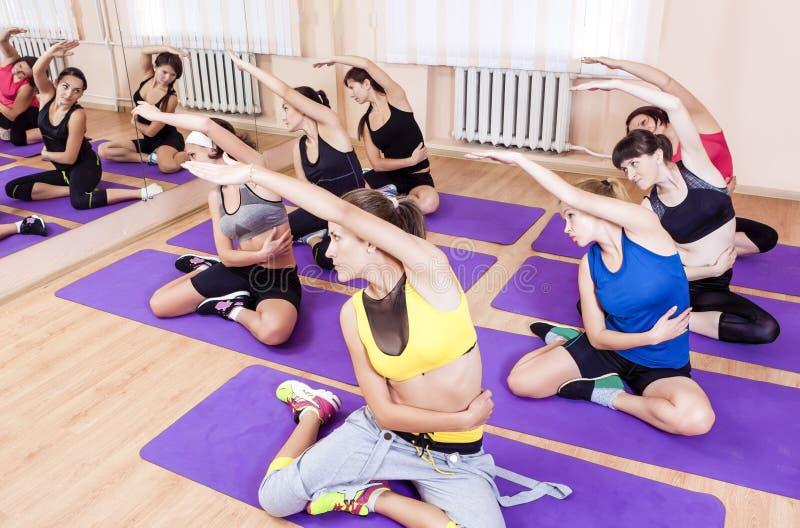 Sport und gesunde Leben-Konzepte Gruppe jungen Kaukasiers sieben lizenzfreie stockbilder