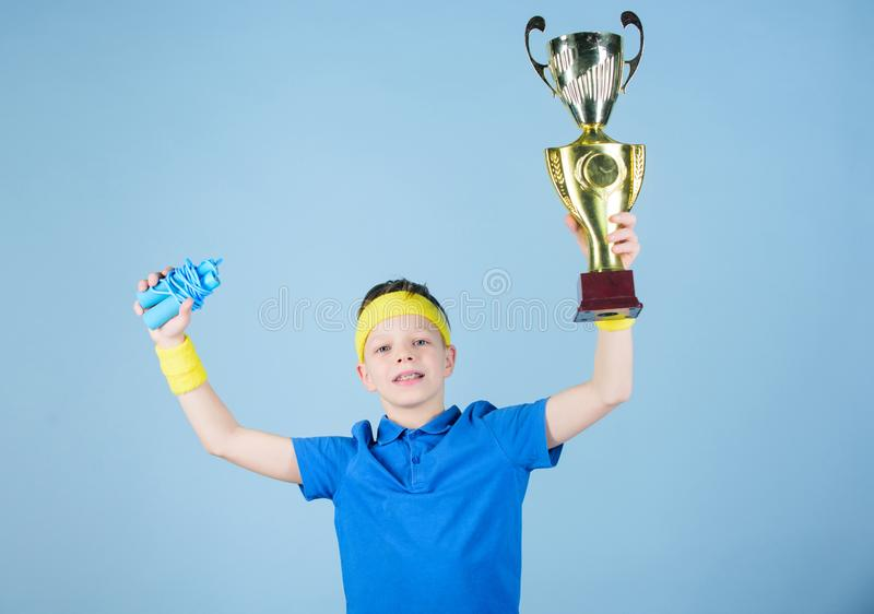 Sport und Gesundheit Goldpreis Turnhallentraining des jugendlich Jungen Erfolg Kindheitstätigkeit Eignung und Diät Energie glückl stockbilder