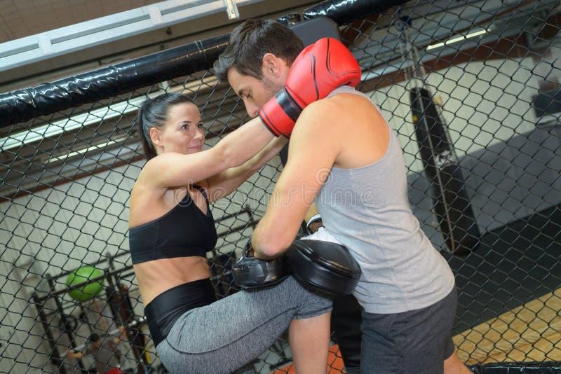 Sport urocza para boksuje wpólnie zdjęcie stock