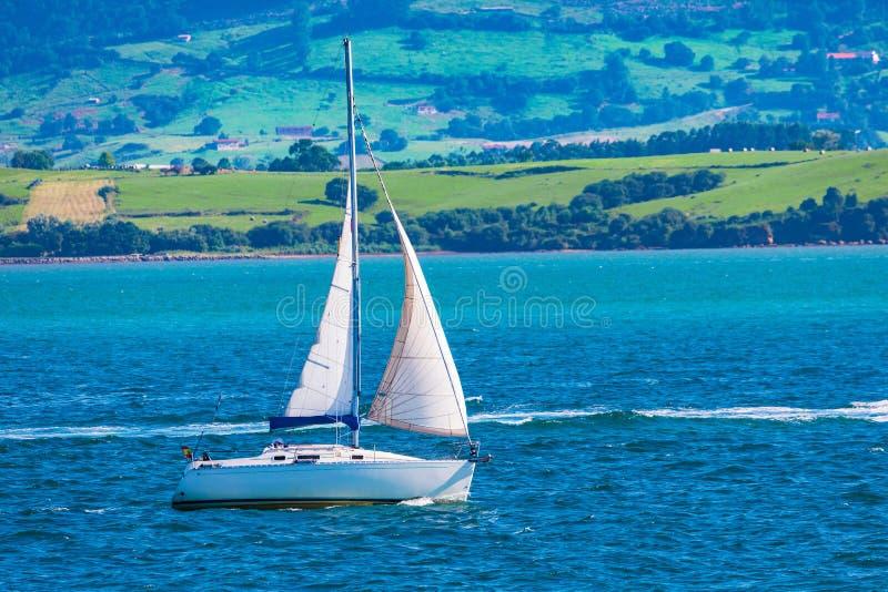 Sport varend schip die door baai varen royalty-vrije stock foto