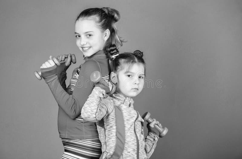 Sport?vningar f?r ungar Sund uppfostran Sportigt behandla som ett barn Efter hennes syster Gullig unge f?r flickor som ?var med royaltyfri foto