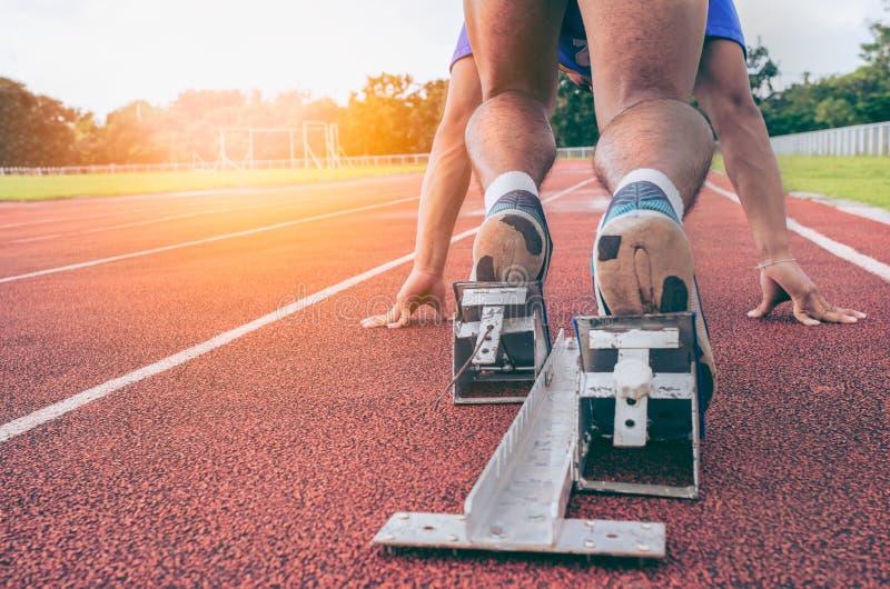 sport zurück Ansicht der Füße der Männer auf dem Startblock bereit zu einem spri lizenzfreies stockbild