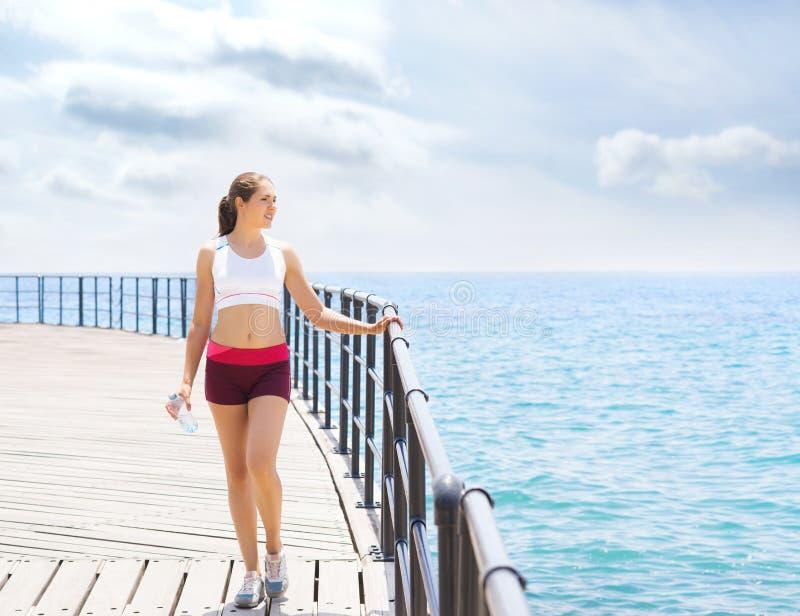 Sporta i sprawności fizycznej pojęcie Potomstw, dysponowanej i sporty kobieta pracuje w gym, obrazy royalty free