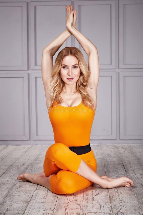 Sporta joga kostiumu kobiety seksowny zdrowy obrazy royalty free