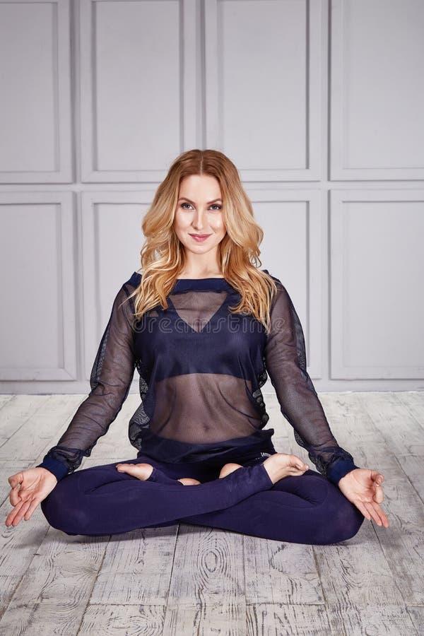 Sporta joga kostiumu kobiety seksowny zdrowy taniec obraz stock