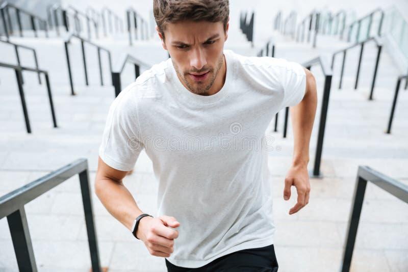Sporta mężczyzna bieg drabiną przy stadium obrazy stock