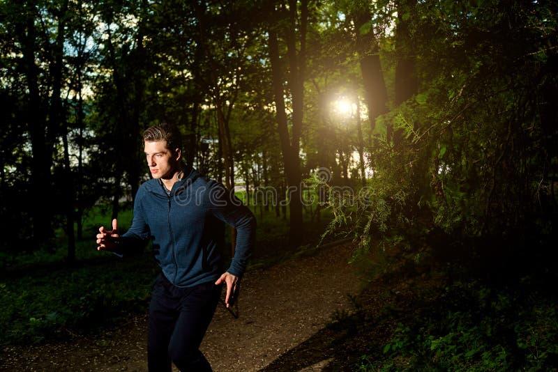 Sporta mężczyzna bieg przy nocą obraz stock