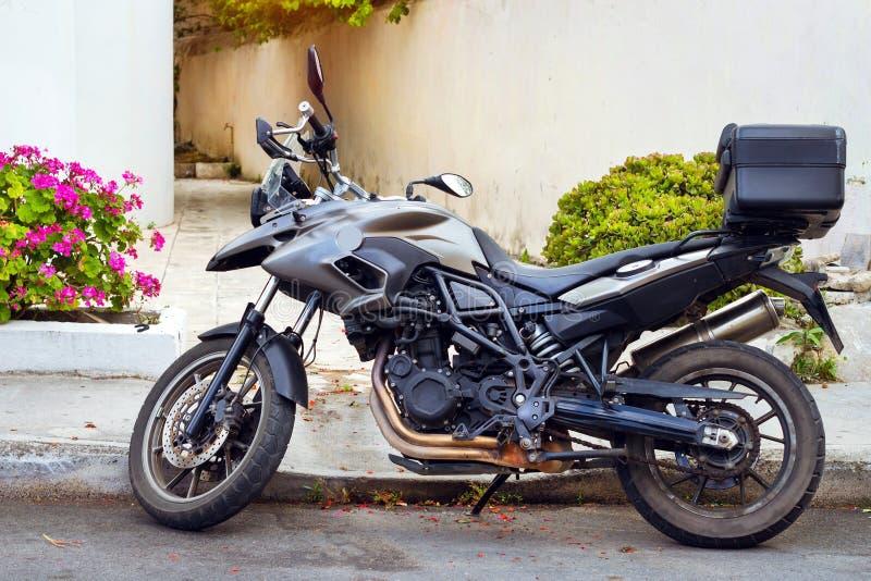 Sporta motocykl parkujący na ulicznym Rethymno obrazy stock