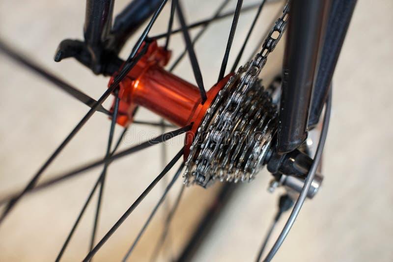 Sporta rowerowy czerwony tylni axle z bieżnymi kaset przekładniami na wagi lekkiej obręczach zdjęcie stock