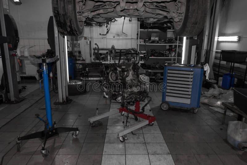 Sporta samochód podnoszący na dźwignięciu dla naprawy pod nim i oddzielny zdjęcie stock