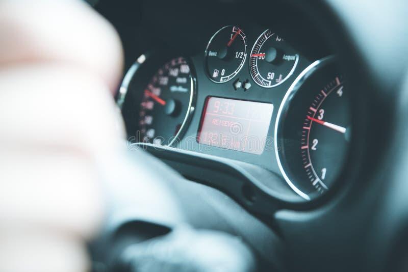 Sporta samochodu deska rozdzielcza z tachometrem i paliwowym wskaźnikiem obrazy royalty free