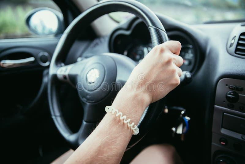 Sporta samochodu kierownica, kobieta jedzie obraz royalty free