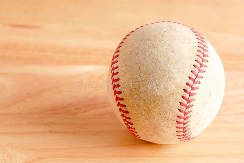 Sporta wyposażenia stary baseball na drewnianym tle zdjęcie royalty free