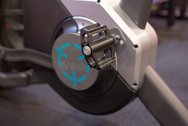 Sporta wyposażenie w nowożytnym przestronnym gym fotografia stock
